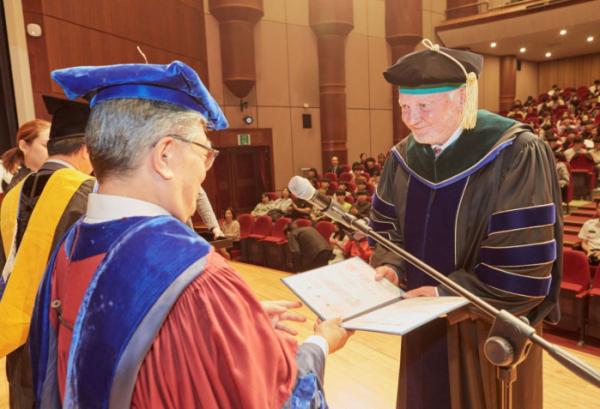 ▲한림대학교가 안데스 할베리(Anders Hallberg) 스웨덴 웁살라대학교 명예총장에게 명예의학박사 학위를 수여했다.. (한림대의료원)