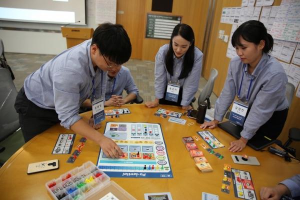 ▲포스코 신입사원들이 입문교육 중 경영전략 시뮬레이션을 진행하고 있다. 사진제공=포스코