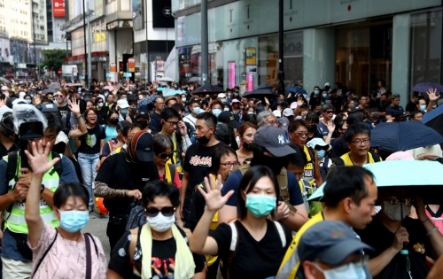 ▲홍콩에서 5일(현지시간) 반정부 시위대가 마스크를 쓴 채 시가 행진을 하고 있다. 홍콩 정부는 이날 0시를 기해 반 세기만의 긴급법 발동을 통한 복면금지법을 시행했지만 시민의 더욱 거센 반발을 불러일으켰다. 홍콩/로이터연합뉴스