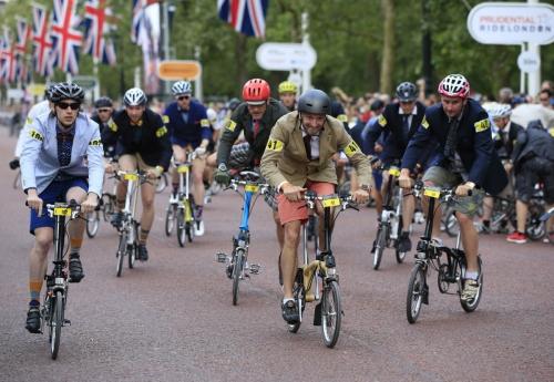 ▲영국 런던에서 열린 한 자전거 축제에서 사람들이 접이식 자전거 브롬톤을 타고 있다. 인도네시아에서는 최근 고가의 브롬톤 자전거가 SNS에서의 인기에 힘입어 불티나게 팔리고 있다고 9일(현지시간) 일본 니혼게이자이신문이 전했다. 런던/AP뉴시스