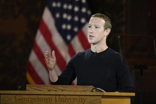 ▲페이스북의 마크 저커버그 최고경영자(CEO)가 17일(현지시간) 워싱턴D.C.에 있는 조지타운대에서 연설하고 있다. 페이스북은 21일 가짜 뉴스 억제 등 미국 대선 개입을 방지하는 종합대책을 발표했다. 워싱턴D.C./AP연합뉴스