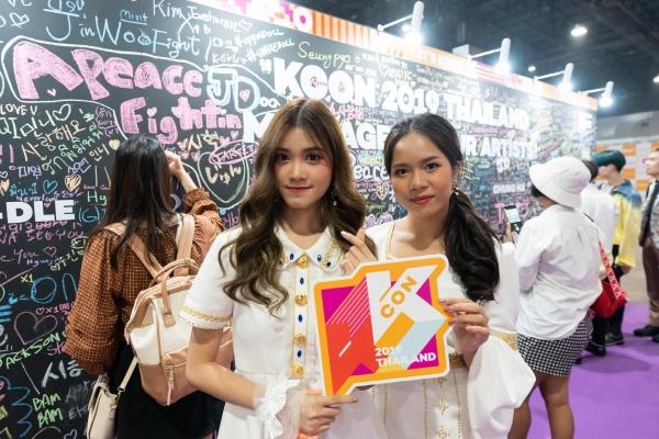 ▲CJ ENM이 지난달 28일~29일 이틀간 태국에서 개최한 '케이콘 2019 태국'서 관람객들이 K-팝 아티스트에게 보내는 응원의 메시지 벽 앞에서 포즈를 취하고 있다. 사진제공= CJ ENM