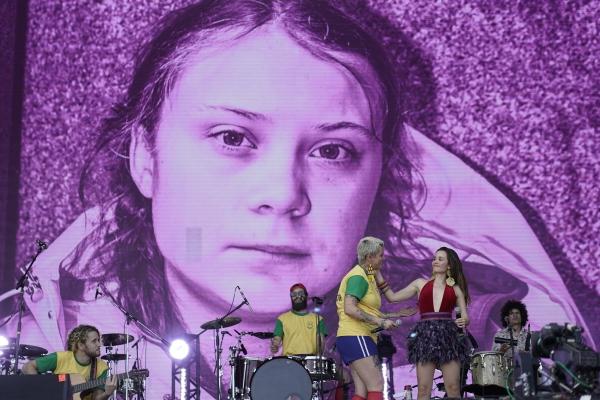 ▲브라질 리우데자네이루에서 3일(현지시간) 리오뮤직 페스티벌이 열린 가운데 스크린에 스웨덴 출신 10대 환경운동가 그레타 툰베리의 대형 초상화가 스크린에 비춰지고 있다. 리우데자네이루/AP뉴시스