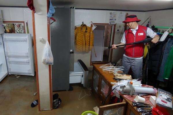 ▲LG전자가 제18호 태풍 '미탁'으로 인해 피해가 발생한 강원 삼척시에서 수해 복구 활동을 진행하고 있다. (사진제공=LG전자)
