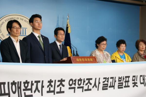 ▲윤소하 정의당 의원(왼쪽 3번째)이 7일 오전 국회 정론관에서 열린 기자회견에서 인도주의실천의사협의회와 법무법인 오킴스, 인보사 투여 환자들과 함께 발표하고 있다.(사진제공=윤소하 의원실)