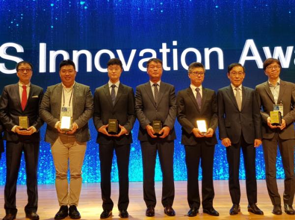 ▲(왼쪽서 3번째)이재은 비트센싱 대표가 8일 코엑스에서 열린 '2019 한국전자산업대전(KES 2019)'에서 'KES이노베이션 어워드'에서 수상하고 있다.(사진제공=비트센싱)