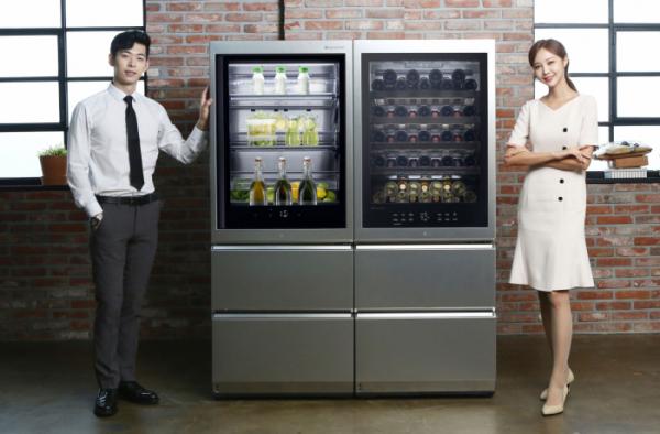 ▲LG전자가 9일 超프리미엄 LG 시그니처(LG SIGNATURE) 와인셀러와 LG 시그니처 상냉장ㆍ하냉동 냉장고를 국내에 출시했다. 사진은 모델이 LG 시그니처 와인셀러와 LG 시그니처 상냉장ㆍ하냉동 냉장고를 소개하는 모습. 왼쪽부터 LG 시그니처 상냉장ㆍ하냉동 냉장고, LG 시그니처 와인셀러.(사진제공=LG전자)