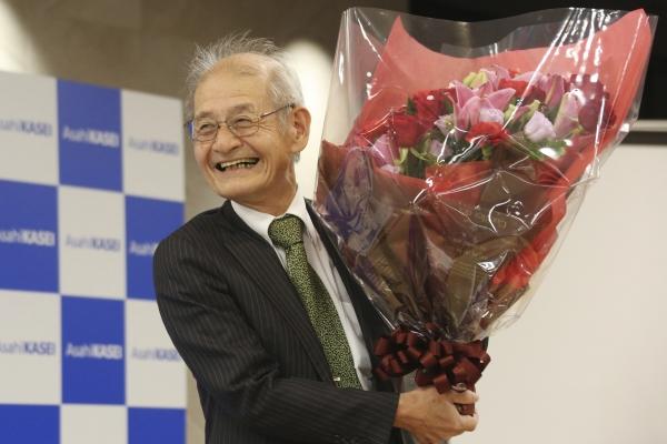 ▲올해 노벨화학상 수상자로 결정된 3명 중 한 명인 요시노 아키라 아사히카세이 명예 펠로우가 9일(현지시간) 일본 도쿄에서 열린 기자회견에서 꽃다발을 들고 활짝 웃고 있다. 도쿄/AP연합뉴스