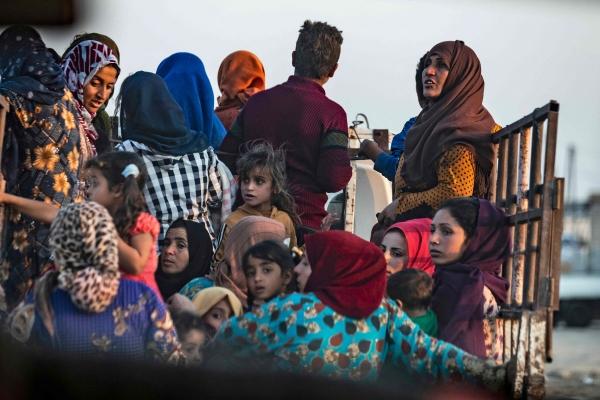 ▲시리아 북동부 라스 알아인 마을에서 9일(현지시간) 쿠르드족 여성과 어린이들이 터키군의 공습을 피해 트럭을 타고 피난길에 오르고 있다. 라스 알아인/AFP연합뉴스