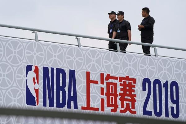 ▲지난 9일 중국 상하이 오리엔탈 스포츠센터에서 열린 미국프로농구(NBA) 중국전 브루클린 네츠와 로스앤젤레스 레이커스의 경기를 앞두고 보안요원들이 팬 이벤트가 열릴 행사장을 지나가고 있다. 중국/로이터 연합뉴스.