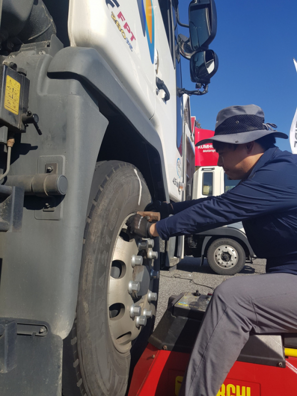 ▲금호타이어가 17일부터 이틀간 전국 주요 고속도로 휴게소에서 대형 트럭ㆍ버스를 대상으로 타이어 무상점검 서비스와 안전운행 캠페인을 실시한다. (사진제공=금호타이어)