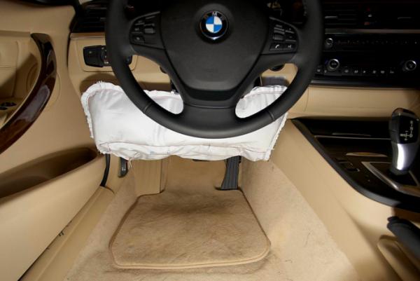 ▲차 안에 달리는 에어백은 점차 크기가 작아지고 구석구석 빈틈까지 스며들어 운전자와 탑승자를 보호하고 있다. BMW의 무릎 에어백의 모습. (출처=미디어BMW)