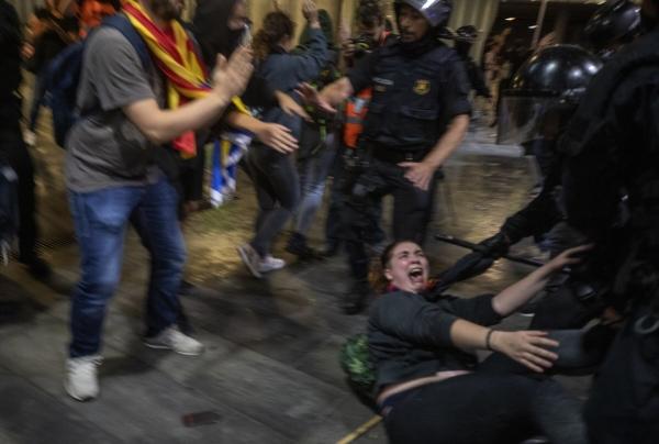 ▲스페인 대법원이 14일(현지시간) 카탈루냐 분리독립을 추진한 전 자치정부 지도부에 중형을 선고하자 이에 반발한 독립 지지파들이 스페인 바르셀로나 엘프라트 국제공항에서 경찰과 충돌했다. 바르셀로나/AP연합뉴스
