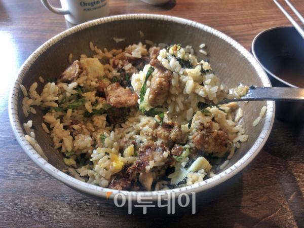 ▲고기, 달걀부침과 상추의 조합이 괜찮다. 한 끼 식사로 먹기 좋은 맛이다.(홍인석 기자 mystic@)