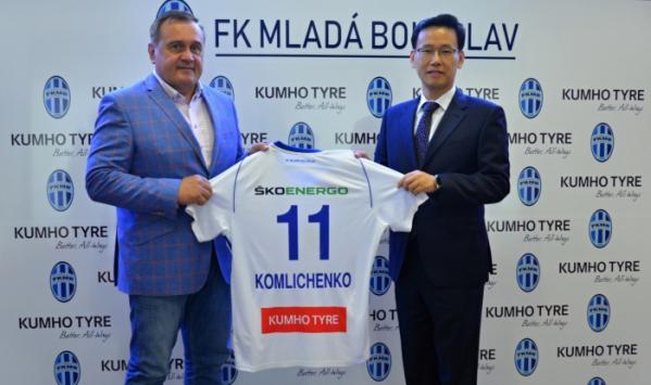 ▲김인수 금호타이어 OE영업담당 상무(오른쪽)와 조셉 두펙(Josef Dufek) FK Mlada Boleslav 회장(왼쪽)이 파트너십 조인식을 체결하고 기념사진을 촬영하고 있다.  (사진제공=금호타이어)