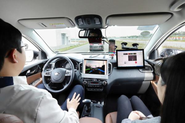 ▲KT는 현대모비스, 현대엠엔소프트와 함께 충남 서산에 위치한 현대모비스 주행시험장에서 '5G 커넥티드 카 기술 교류 시연회'를 진행했다고 22일 밝혔다. 현대모비스 서산주행시험장에서 모비스의 자율주행차 '엠빌리'로 KT 5G V2X 기반 자율주행 기술을 시연하고 있다. (사진제공=KT)
