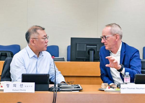 ▲칼 토마스 노이먼 현대모비스 사외이사가 24일 현대모비스 본사에서 열린 이사회에 참석해 정의선 대표이사와 대화하고 있다.  (사진제공=현대모비스)