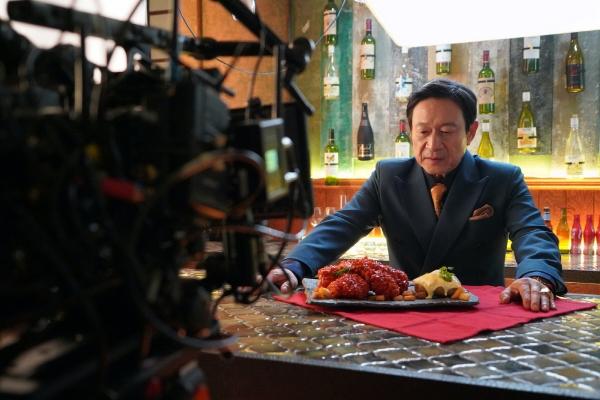 ▲배우 김응수를 모델로 한 BBQ 뱀파이어 치킨 CF. 영화 한 장면을 보는 듯한 영상이 인기를 끌고 있다. 사진제공 BBQ