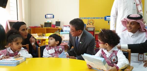 ▲이영훈 포스코건설 사장이 28일 사우디아라비아 리야드에 있는 장애인 학교 학생에게 학용품을 선물하고 있다.(사진 제공=포스코건설)