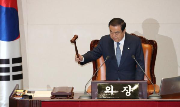 ▲문희상 국회의장이 29일 오전 국회 본회의를 개의하고 있다.  (연합뉴스)