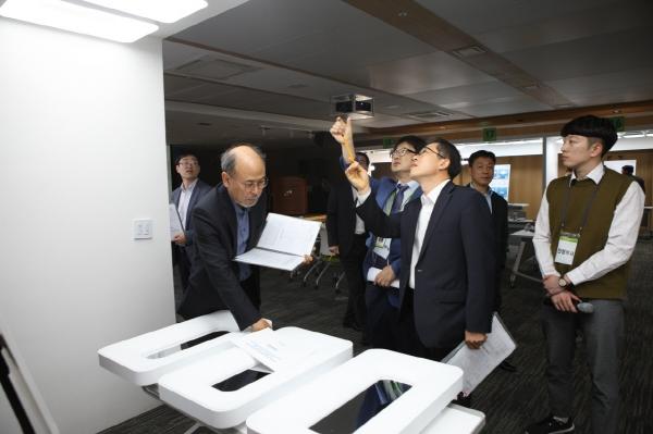 ▲23일 열린 'LH 조명기구 디자인 공모전'에서 한국토지주택공사(LH) 심사위원들이 출품작을 둘러보고 있다.(사진 제공=LH)