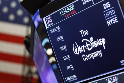 ▲미국 뉴욕증권거래소(NYSE) 전광판에 월트디즈니 로고가 떠 있다. 디즈니는 7일(현지시간) 시장 예상을 웃도는 실적을 내놓았다. 뉴욕/AP뉴시스