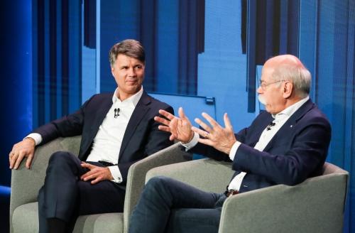 ▲하랄트 크뤼거(왼쪽) BMW 회장과 디터 제체 다임러 회장이 2월 22일(현지시간) 독일 베를린에서 가진 기자회견에서 차량공유 등 새 모빌리트 서비스에 초점을 맞춘 합작벤처를 신설할 계획이라고 발표하고 있다. 베를린/신화뉴시스