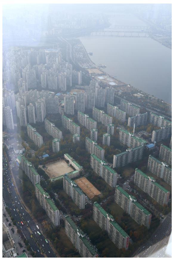 ▲서울 송파구 롯데월드타워에서 바라본 송파구 일대 아파트단지. 신태현 기자 holjjak@