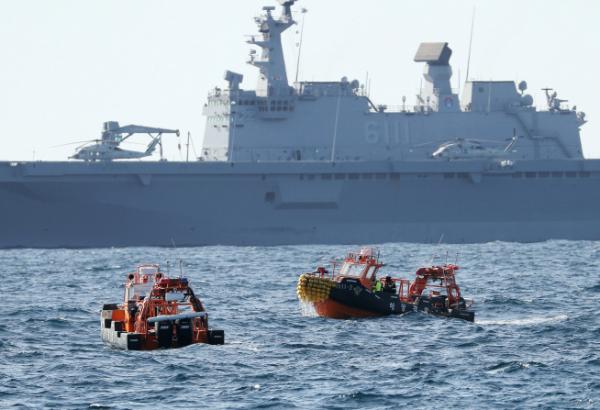 ▲2일 오전 독도 인근 해상에서 지난달 31일 추락한 소방헬기의 구조수색 작업이 진행되고 있다. (연합뉴스)