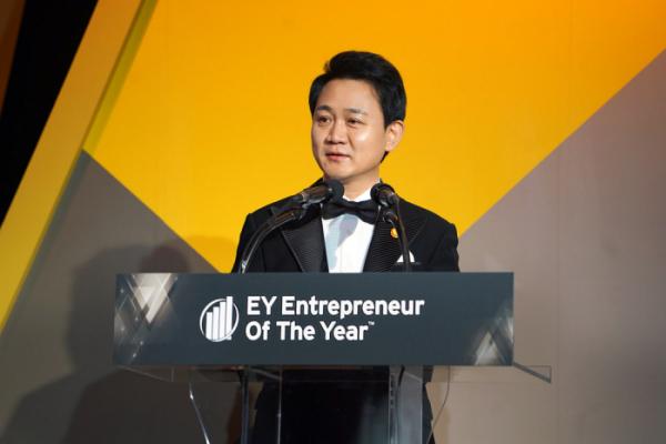 ▲방준혁 넷마블 의장이 지난 5일 열린 '제 13회 EY 최우수 기업가상'에서 최고 영예인 마스터상을 수상했다. (사진제공=넷마블)