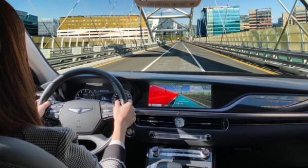▲현대차그룹이 증강현실(AR: Augmented Reality)로 길안내를 돕는 내비게이션과 차량 내 간편결제 기능 등을 탑재한 첨단 인포테인먼트 시스템의 개발을 완료하고 향후 출시되는 제네시스 차종에 최초 적용한다. 사진은 증강현실을 기반으로 주행경로 안내와 차로 이탈 경고 기능이 동시에 작동하고 있는 AR 내비게이션 콘셉트 이미지.  (사진제공=현대차그룹)
