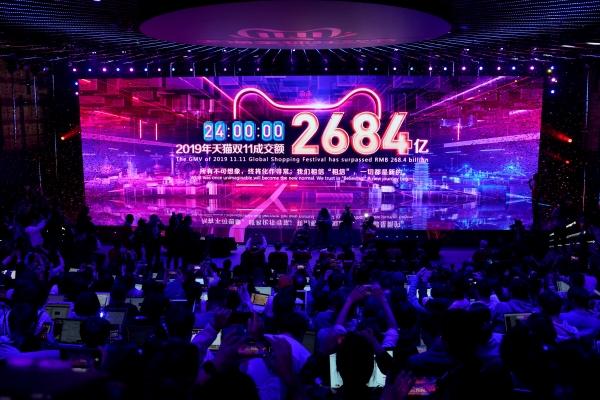 ▲12일(현지시간) 중국 항저우시 알리바바 본사의 프레스룸 무대 화면에 '11·11 쇼핑 축제'에서 거래된 금액이 표시되고 있다. 항저우/로이터연합뉴스.