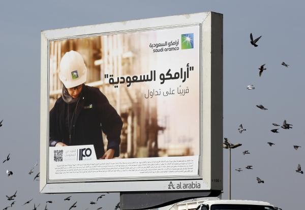▲사우디아라비아 지다의 한 도로에 국영 석유업체 아람코의 광고판에 세워져 있다. 지다/AP뉴시스