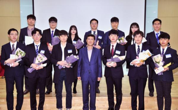 ▲삼성전기이윤태 사장이 수상자들과 기념사진을 찍고 있다. (사진제공=삼성전기)
