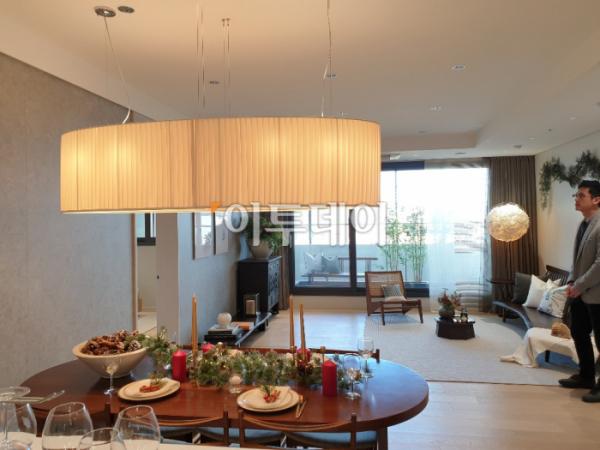 ▲서울 강남구 '아크로 갤러리'에 마련된 전용 84㎡타입 견본주택 내부 모습. 서지희 기자 jhsseo@