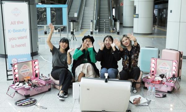 ▲뷰티 크리에이터들이 한국을 방문한 외국인 관광객을 대상으로 한국식 메이크업을 선보이는 웹예능 익스큐즈미. (사진제공=CJ ENM)