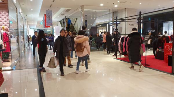 ▲21일 오후 롯데백화점 본점 1층 명품관 코너에 평일에도 고객들로 북적인다.  (남주현 기자 jooh@)
