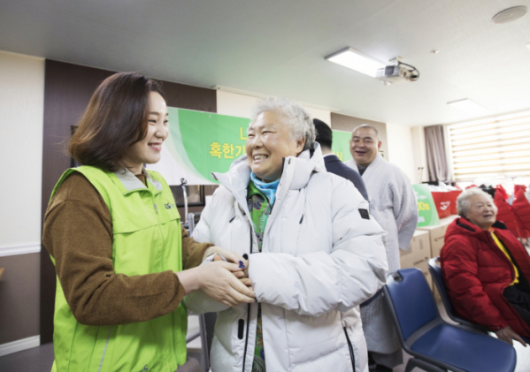 ▲LS산전은 22일 안양 지역 독거노인과 장애인 등 취약계층에 방한복을 전달하는 행사를 진행했다. 사진은 지난해 LS산전 임직원봉사단원이 노인들께 방한복을 입혀드리는 모습 (사진제공=LS산전)