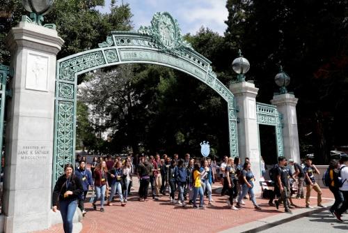 ▲미국 캘리포니아대학교 버클리캠퍼스에서 학생들이 걸어나오고 있다. 캘리포니아/AP연합뉴스