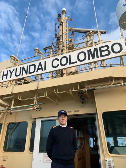 ▲고해연 '현대 콜롬보(HYUNDAI COLOMBO)'호 기관장이 브릿지에서 포즈를 취하고 있다. 사진제공=현대상선