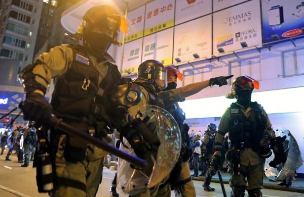 ▲30일(현지시간) 홍콩 몽콕 지역의 프린스에드워드 지하철역 인근에서 시위대가 집회를 열면서 경찰들이 거리를 막고 있다. 홍콩/로이터연합뉴스.