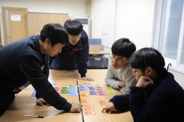 ▲한화그룹 생산 엔지니어들이 '디지털 아카데미'에서 교육을 받고 있다. (사진제공=한화케미칼)