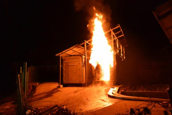 ▲지난해 8월 30일 예산군 광시면 태양광 에너지저장장치(ESS)에서 불이 났다. (사진제공=예산소방서) (사진제공=예산소방서)