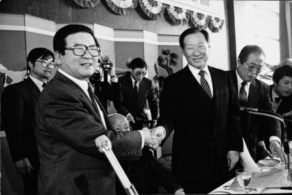 ▲1987년 10월, 구 명예회장(왼쪽)이 전경련 회장으로서 일본을 방문해 나카소네 총리를 예방하고 있는 모습 (사진제공=LG그룹)