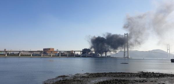 ▲지난해 12월 24일 전남 광양시 포스코 광양제철소에서 폭발로 추정되는 불로 연기가 나고 있다. (연합뉴스)