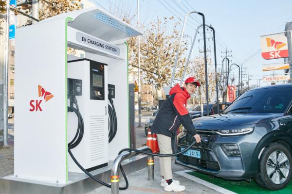 ▲SK에너지 직원이 전기차를 충전하고 있다. (사진제공=SK이노베이션)