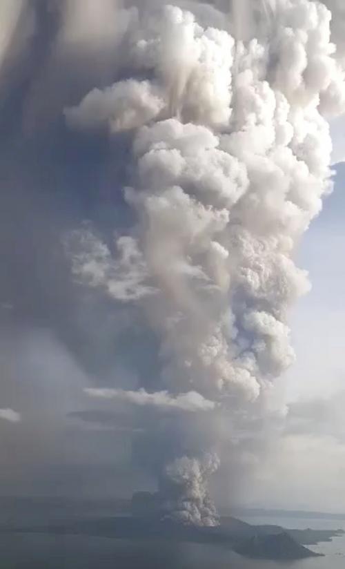 ▲필리핀 마닐라 인근 탈 화산이 12일(현지시간) 폭발, 짙은 화산재를 내뿜고 있다. 마닐라/로이터연합뉴스