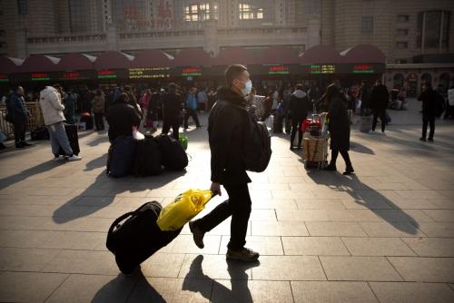 ▲중국 베이징 기차역 앞을 한 시민이 마스크를 쓴 채 지나가고 있다. 베이징/AP연합뉴스