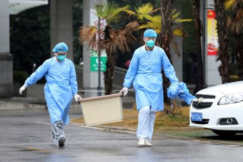 ▲신종 코로나바이러스에 의한 '우한 폐렴'에 걸린 환자들이 치료를 받는 중국 후베이성 우한의 한 병원에서 10일(현지시간) 의료진이 박스를 나르고 있다. 우한/로이터연합뉴스