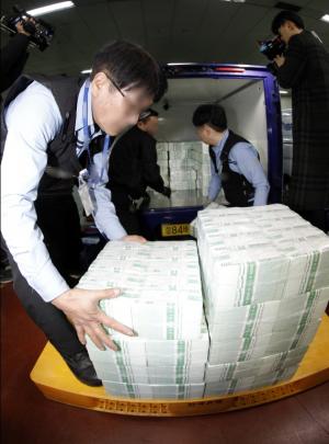 ▲20일 설 연휴에 앞서 시중은행들이 한국은행으로부터 화폐를 받아가는 모습. (연합뉴스)
